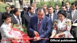 Президент Эмомали Рахмон перерезает красную ленточку на открытии нового отделения «Имона». Слева от него одна из учредительниц компании, Санавбар Шарипова. Фото сайта президента Таджикистана