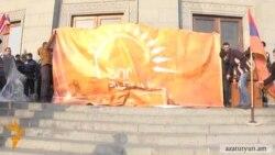 Ոստիկանները կրկին չթույլատրեցին «Նոր Հայաստան»-ին պաստառ փակցնել Օպերայի շենքի պատին