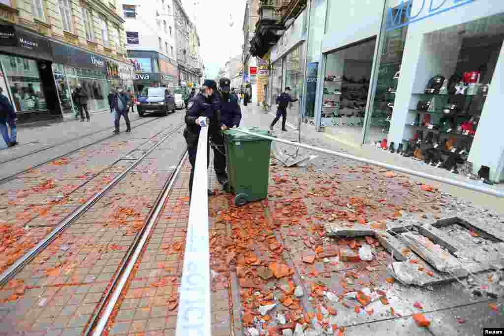 Поліцейські охороняють територію після землетрусу в хорватській столиці Загребі, 29 грудня 2020 року