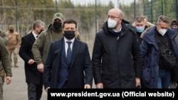 Президент Украины Владимир Зеленский (третий слева), по правую руку президента – глава Европейского совета Шарль Мишель в городе Счастье (Луганская область), 2 марта 2021 года.