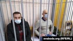 Уладзімер Гарох (справа) і Дзяніс Кірэшчанка ў залі суду. Наваградак