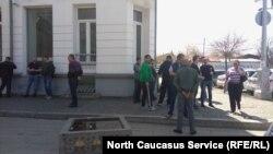 Жители села Мичурино приехали во Владикавказ, чтобы выступить против закрытия спиртзавода. 11 апреля, 2018 г.