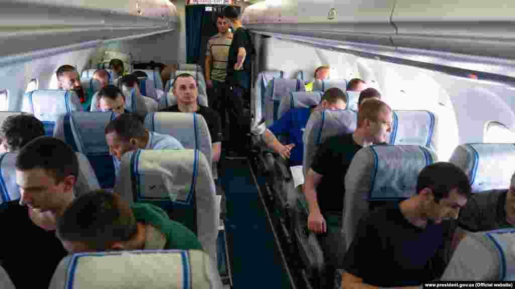 Тим часом, 35 українських в'язнів летять до Києва