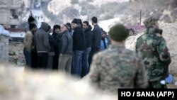 عکسی که خبرگزاری دولتی سوریه ۱۱ ژانویه منتشر کرده و میگوید غیرنظامیان را در حال خروج از وادی بردی نشان میدهد