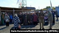 КПВВ «Майорск». Очередь на вход на подконтрольную территорию (архивное фото)