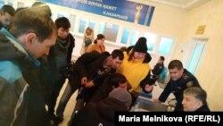 Пришедшие в офис «Нур Отана» на прием в связи с требованиями растаможки автомобилей с иностранными номерами. Уральск, 17 января 2020 года.