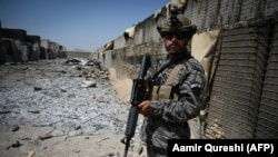 Боец «Талибана» стоит на страже среди развалин базы Центрального разведывательного управления (ЦРУ) в пригороде Кабула, 6 сентября 2021 года