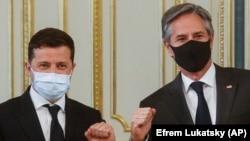 Președintele Ucrainei, Volodimir Zelenski, și secretarul american de stat Antony Blinken