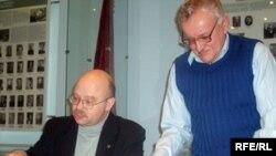 Міхась Булавацкі (праваруч) і гісторык Ігар Пушкін