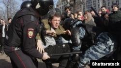 Задержание участника акции против коррупции в Москве