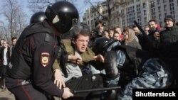 Полиция задерживает участника антикоррупционной акции в Москве. 26 марта 2017 года.
