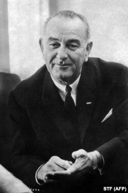 Președintele american Lyndon Johnson la Casa Albă într-o întâlnire cu ministrul cipriot al Afacerilor Externe,Spyros Kiprianos, 9 martie 1964.
