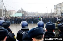 Көтерілісшілер мен полиция қарсы тұр. Әзербайжан, Құбы ауданы, 1 мамыр 2012 жыл.