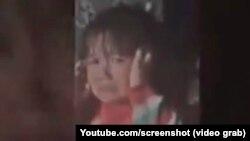 4-летняя Мумина во время избиения отцом. Скриншот с видеозаписи.