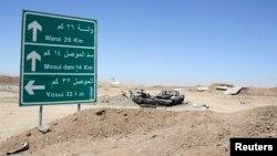 """عربة تابعة لمسلحي """"داعش"""" حطمتها ضربة جوية أميركية قرب سد الموصل"""