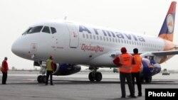 Ermənistanın 2011-ci ildə aldığı Sukhoi SuperJet 100 təyyarəsi Yerevanda