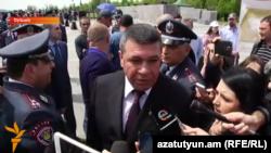 Начальник Полиции Армении Владимир Гаспарян в мемориальном комплексе «Цицернааберд» беседует с журналистами, 24 апреля 2016 г.