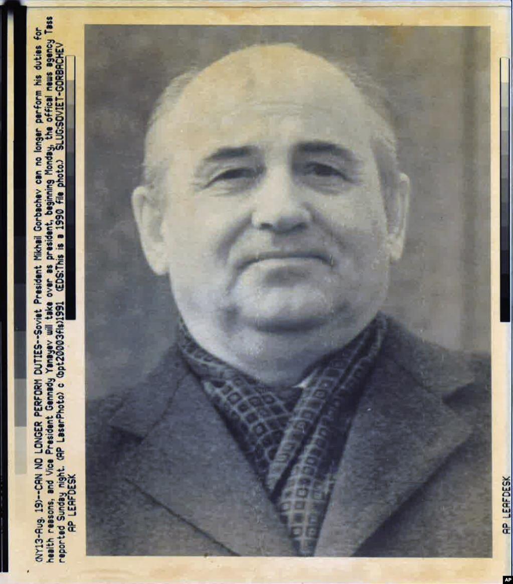 """Vest o promeni vlasti u Sovjetskom Savezu objavila je rano 19. avgusta državna agencija TASS navodeći da je sovjetski lider Mihail Gorbačov u nemogućnosti da obavlja svoju funkciju zbog """"zdravstvenih razloga"""". U isto vreme, Gorbačov je bio zatočen dan ranije dok se odmarao na Krimu i držan je kao zarobljenik."""