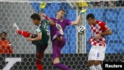 Хорватський голкіпер Стіпе Плетікоса (в центрі) в другому таймі матчу з мексиканцями тричі був безсилим відвернути гол