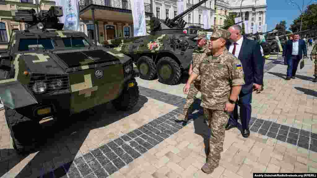 Міністр оборони України СтепанПолторак оглядає бронетехніку, представлену на виставці
