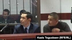 Нурсултан Абдимомын (справа), подсудимый по «делу Кулекбаева». Алматы, 17 октября 2016 года.