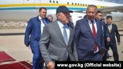 В международном аэропорту «Иссык-Куль» Назарбаева встретил первый вице-премьер-министр Кыргызстана Кубатбек Боронов. 2 сентября 2018 года.