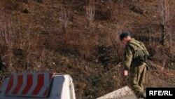 Еще вчера вечером российское ФСБ опровергло сообщение о своей причастности к установлению штырей или других знаков вблизи югоосетинской административной границы