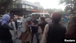 26-njy awgustda aeroportdaky partlamada ýaralanan adamlar Kabuldaky keselhana gelýär.