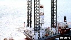 """Охота теңізіне орналасқан """"Кольская"""" мұнай бұрғылау платформасы."""