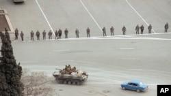 Советская боевая машина пехоты и бойцы внутренних войск на улицах Баку.