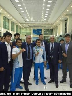 Салим Абдувалиев (третий слева) считается основным спонсором Олимпийской сборной Узбекистана.