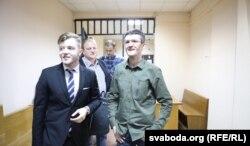 Дзяніс Івашын (справа) на судзе супраць газэты «Новы час»