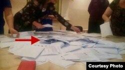 Аккуратно сложенные пачки бумаг были обнаружены после того, как бюллетени высыпали из урны