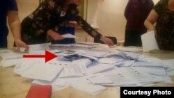 Фото доказательства другого вброса - тоже из Черкесска. Аккуратно сложенные пачки бумаг были обнаружены после того, как бюллетени высыпали из урны