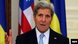 Госсекретарь Джон Керри выступает на пресс-конференции в Киеве после встречи с президентом Украины Петром Порошенко