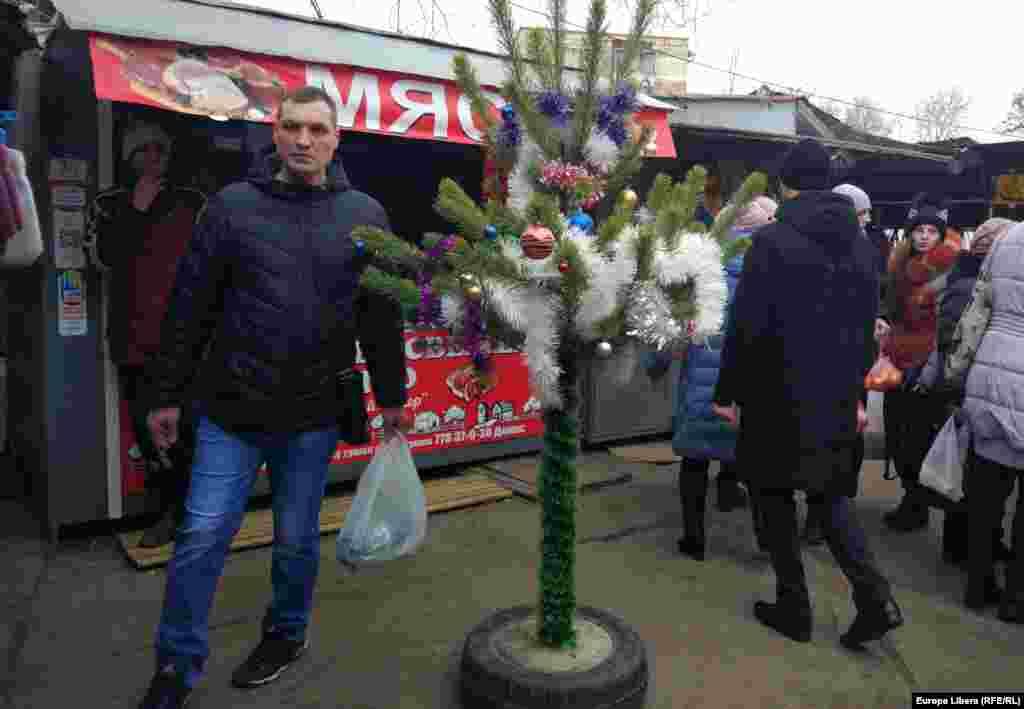 Brad decorat în piața agricolă de la Tiraspol.