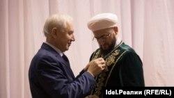 Председатель исполкома ВКТ Ринат Закиров награждает муфтия Татарстана Камиля Самигуллина
