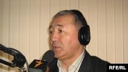 """Саясат таануучу Бекбосун Бөрүбашев """"Азаттыктын"""" студиясында, 26-февраль, 2010-жыл."""