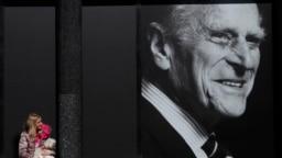 Траурный портрет принца Филиппа на одной из улиц Лондона