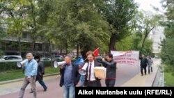 «Баарына каршы!» акциясынын катышуучулары Бишкектин көчөлөрүн кыдырууда. 2020-жылдын 30-сентябры.