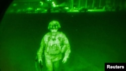 یک سرباز امریکایی در هنگام بیرون شدن از میدان هوایی کابل