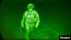 Крыс Донаг'ю— кіраўнік амэрыканскай вайсковай місіі ўКабуле — апошнім зайшоў у самалёт, 30 жніўня 2021