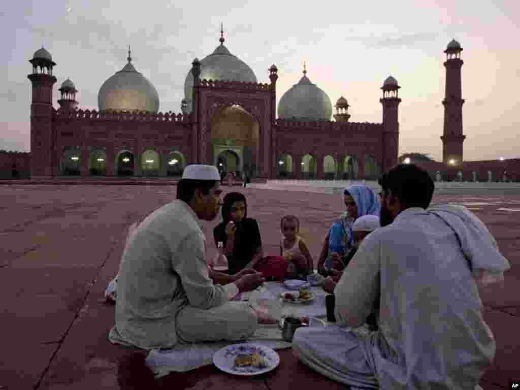Пакистанська родина готується до вечері під час святкування Рамадану, 3 серпня. Photo by K.M.Chaudary for AP