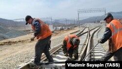 Radnici na železničkoj pruzi koja vodi do naftnog terminala Kozmino na krajnjem istoku Rusije.