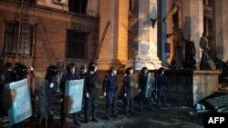 Міліція стоїть біля будинку профспілок. Одеса, 2 травня 2015 року