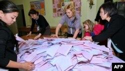 Сайлау комиссиясы мүшелері дауыстарды санап жатыр. Астана, 20 наурыз 2016 жыл.