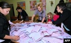 Члены избирательной комиссии на участке в Астане подсчитывают бюлетени после голосования на выборах в мажилис и маслихаты. 20 марта 2016 года.