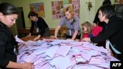 Члены избирательной комиссии подсчитывают бюллетени после закрытия участков в день парламентских выборов. Астана, 20 марта 2016 года.