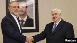 Ministri i jashtëm iranian Ali Akbar Salehi (majtas) përshëndetet me kolegun sirian Valid al-Moallem
