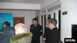 Оппозиция жетекшілеріне қатысты Байсақовтар ісі бойынша алдын ала жабық тыңдау нәтижесін күтушілер. Алматы, 2 наурыз, 2009 жыл.